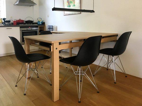 Deze tafel is vastgemaakt aan de muur en heeft twee poten