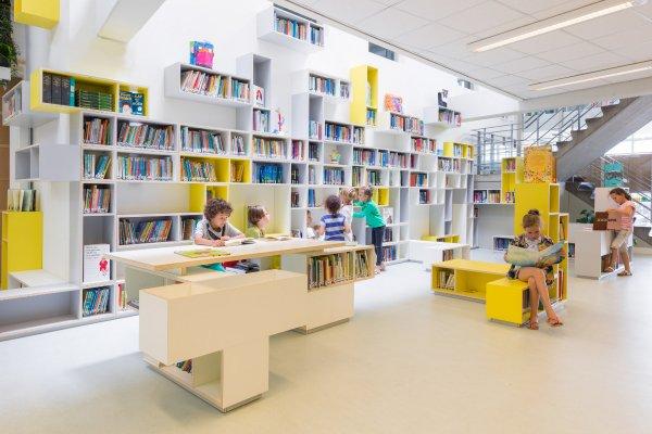 De bibliotheek beslaat de wand en een aantal vrijstaande blokken