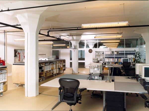 Vanaf de werkplek staan de balies links. De bureaubladen zijn voorzien van Desktop in diverse kleuren, afmetingen l2100 x b1000 x d30 mm
