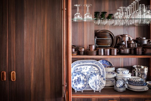 In de keuken servieskast (foto Kerry Reinking)