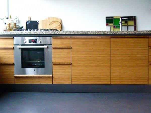 Het keukenblok met aanrecht is b3000 x h950 x d650 mm