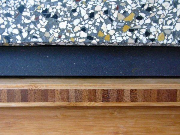 …fronten van geolied caramelkeurig bamboe en een granito blad