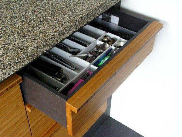 De laden zijn gemaakt van mat gelakt zwart MDF en voorzien van volledig uittrekbare lageleiders met softclose-systeem