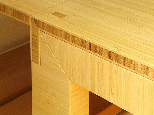 Aan de muurkant kan de tafel verlengd worden, zodat hij over de verwarming heen hangt