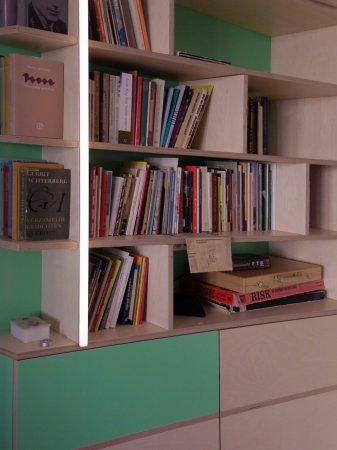 boekenkast boven, ruimte om dingen uit het zicht op te bergen in de onderkast
