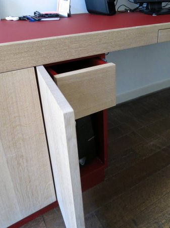Achter het deurtje bevindt zich nog een lade boven de computer