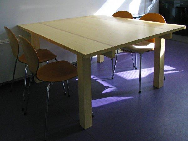 De regels van de tafel zitten een behoorlijk eind van de rand van de tafel. Zo kan je comfortabel zitten en hangt de tafel aan de muurkant over de verwarming