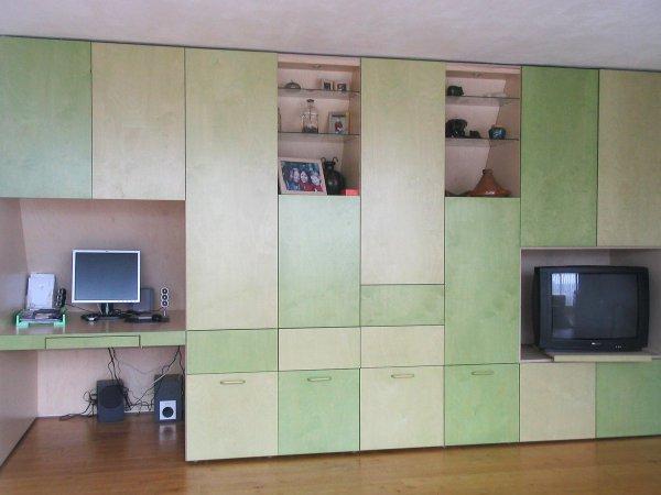 In de kast bevindt zich zowel een bureau als een ruimte voor de televisie. Alle nissen zijn uitgerust met verlichting