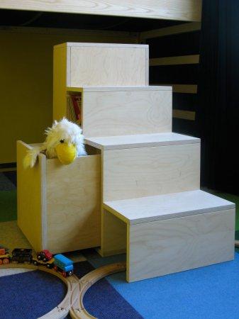 De trap is een losstaand meubel met een lade, een ingebouwde tunnel…