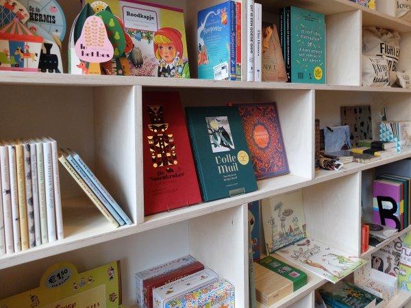 Er is genoeg ruimte om boeken naast elkaar te ztten, maar ook om ze frontaal te tonen