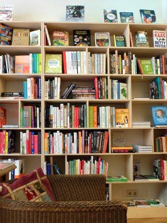 en twee kasten voor allerlei boeken die gaan over koken en eten