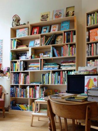 Een kast voor prentenboeken voor kinderen