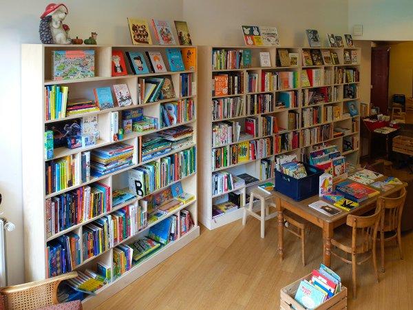 Verschillende boekenkasten van berkenmultiplex