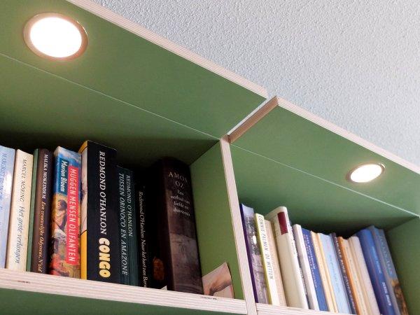 en aan de bovenkant verlichting om de hele kast uit te lichten
