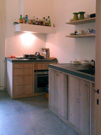 Bij deze keuken zorgt de combinatie van materialen voor een sobere uitstraling