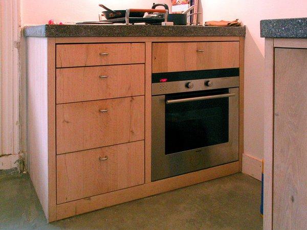 Het kook-gedeelte met fornuis en oven en in de laden alles wat je daarbij nodig hebt