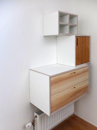 postvakjes, kastje, laden en plek om spullen neer te zetten