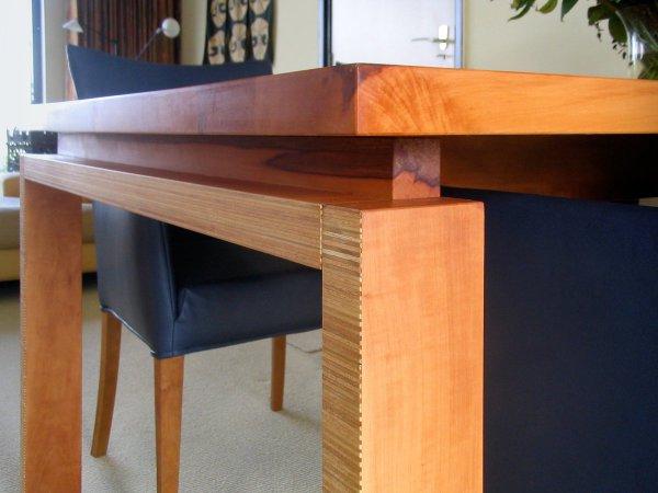 De dubbele poot is aan één kant uittrekbaar en dan is de tafel te verlengen tot 2000 mm