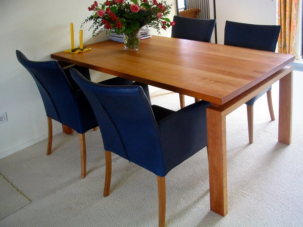 Tafel is erop gemaakt dat je deze stoelen met armleuningen eronder kunt schuiven