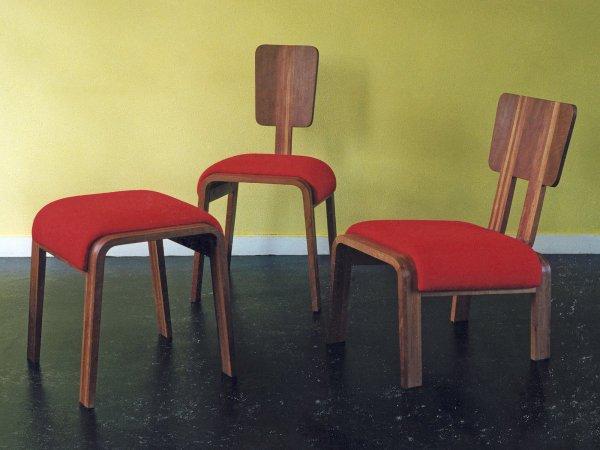 Een fauteuil, een eettafelstoel en een kruk die bij elkaar horen