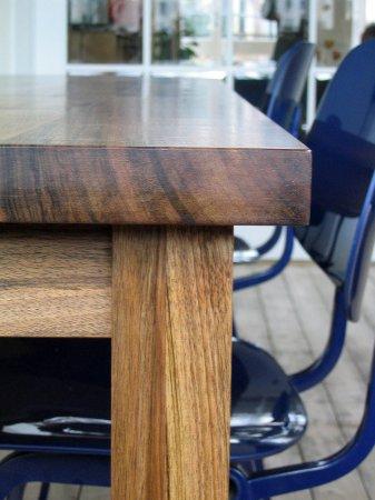 Het kopse hout en de slanke poten