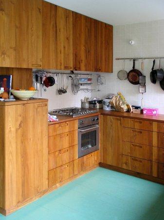 Keuken in een u-vorm met links bovenkasten…