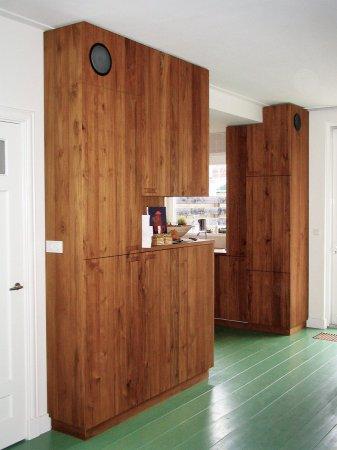 De keukenkasten lopen door in de kamer, zowel links…