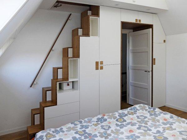 een trap en een kast en een doorgang