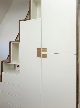 in de deuren zijn bamboe vlakken ingelaten op de plekken waar je de deuren kan openen