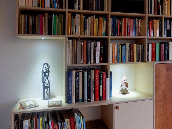 de verlichting in de nissen licht andere mooie voorwerpen uit