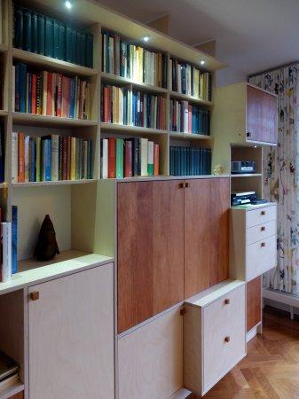 In de diepere kasten bevinden zich laden, in de ondiepere kasten de boeken