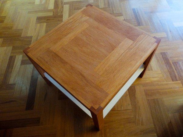 Het bovenblad van de salontafel is deels opgebouwd uit dik fineer en deels uit massief hout